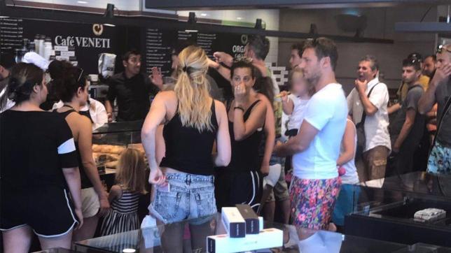 Totti dal panettiere a Mykonos compra la pizza a Ilary